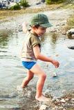 Het spelen in rivierwater royalty-vrije stock afbeelding