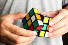 Het spelen Rubik Kubus stock fotografie