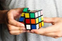 Het spelen Rubik Kubus royalty-vrije stock foto's