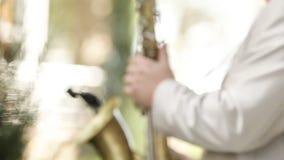 Het spelen Saxofoon stock videobeelden