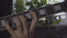 Het spelen snaren op elektrische gitaar stock video