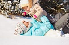 Het spelen in sneeuw Stock Afbeeldingen