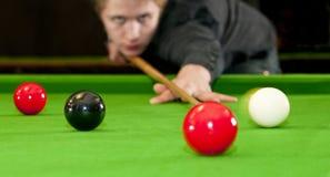 Het spelen snooker stock afbeeldingen