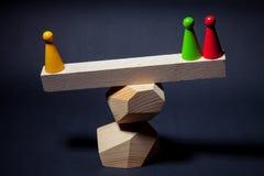 Het spelen spaanders op houten stralen, die op de bovenkant van de piramide worden gevestigd Royalty-vrije Stock Foto's