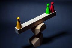 Het spelen spaanders op houten stralen, die op de bovenkant van de piramide worden gevestigd Stock Afbeelding
