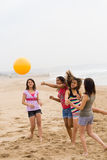 Het spelen strandbal Royalty-vrije Stock Afbeelding