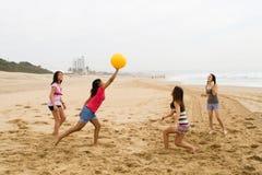 Het spelen strandbal Royalty-vrije Stock Foto's