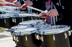 Het spelen trommels in een parade Stock Fotografie