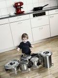 Het spelen trommels met potten en pannen Stock Fotografie