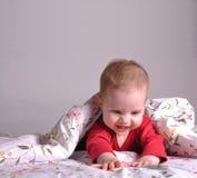Het spelen van de baby in het bed Royalty-vrije Stock Afbeeldingen