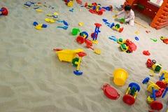 Het spelen van de baby in het zand royalty-vrije stock fotografie