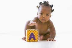 Het spelen van de baby met blok Stock Afbeeldingen