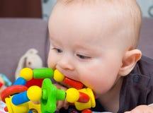 Het spelen van de baby met een stuk speelgoed Stock Fotografie