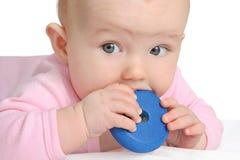 Het spelen van de baby met een stuk speelgoed Royalty-vrije Stock Foto's