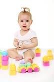 Het spelen van de baby met gekleurde blokken Stock Foto