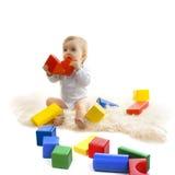 Het spelen van de baby met heldere blokken stock fotografie
