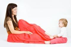 Het spelen van de baby met moeder Stock Foto