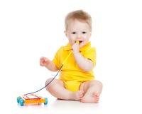 Het spelen van de baby met muzikaal stuk speelgoed stock afbeeldingen