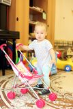Het spelen van de baby met pop Stock Afbeeldingen