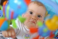 Het spelen van de baby met speelgoed Stock Afbeeldingen