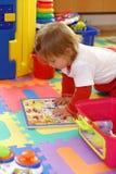 Het spelen van de baby met speelgoed royalty-vrije stock afbeeldingen