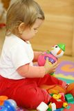 Het spelen van de baby met speelgoed stock foto's