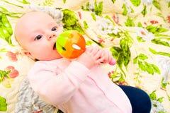 Het spelen van de baby met stuk speelgoed Stock Afbeeldingen