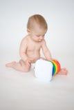 Het spelen van de baby met stuk speelgoed Stock Foto's