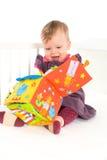 Het spelen van de baby met zacht stuk speelgoed Stock Foto