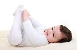 Het spelen van de baby met zijn voeten Stock Foto's
