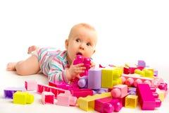 Het spelen van de baby in ontwerperstuk speelgoed blokken Stock Foto's