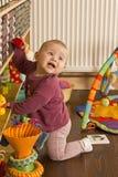 Het spelen van de baby op de vloer Stock Fotografie