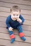 Het spelen van de baby op de vloer royalty-vrije stock afbeeldingen