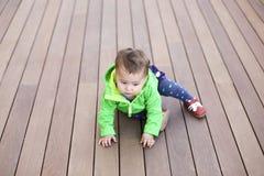 Het spelen van de baby op de vloer royalty-vrije stock fotografie
