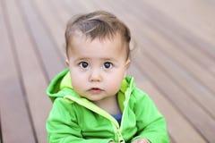 Het spelen van de baby op de vloer royalty-vrije stock foto