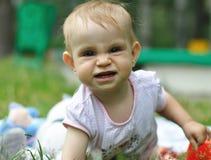 Het spelen van de baby op het gazon Royalty-vrije Stock Foto's
