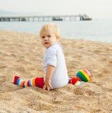 Het spelen van de baby op het strand Royalty-vrije Stock Foto's