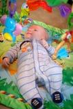 Het spelen van de baby op playmat Stock Foto's