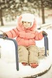 Het spelen van de baby op sneeuw in de winter stock foto