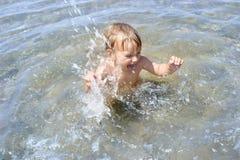 Het spelen van de baby in water Stock Fotografie