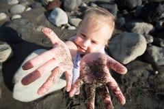 Het spelen van de baby in zand Royalty-vrije Stock Fotografie