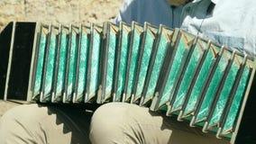 Het spelen van de bandoneon langzame motie stock videobeelden