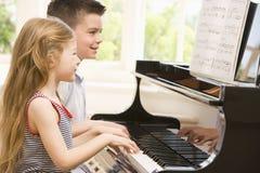 Het Spelen van de broer en van de Zuster Piano Royalty-vrije Stock Foto