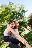 Het spelen van de dochter met haar moeder Stock Fotografie