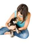 Het spelen van de eigenaar met puppy Royalty-vrije Stock Foto's