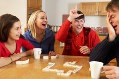 Het Spelen van de familie Domino's in Keuken Royalty-vrije Stock Foto