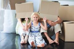 Het spelen van de familie met dozen stock foto's