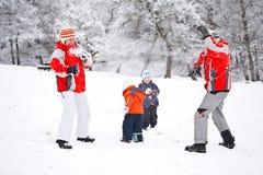 Het spelen van de familie met sneeuw Royalty-vrije Stock Foto's