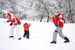 Het spelen van de familie met sneeuw Royalty-vrije Stock Fotografie