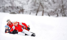 Het spelen van de familie met sneeuw Stock Afbeeldingen